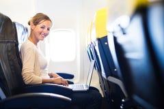 νεολαίες γυναικών χαρτονιών αεροπλάνων Στοκ Εικόνα