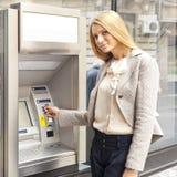 νεολαίες γυναικών χρήσης τραπεζών του ATM Στοκ Εικόνα