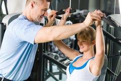 νεολαίες γυναικών ώμων Τύπου μηχανών άσκησης Στοκ φωτογραφία με δικαίωμα ελεύθερης χρήσης