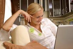 νεολαίες γυναικών lap-top Στοκ Εικόνα