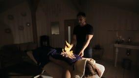 νεολαίες επιτραπέζιων γ&u Το άτομο την καλύπτει με μια πετσέτα και θέτει την πυρκαγιά σε το απόθεμα βίντεο