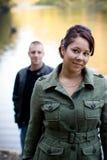 νεολαίες ζευγών υπαίθρ&iot Στοκ φωτογραφία με δικαίωμα ελεύθερης χρήσης