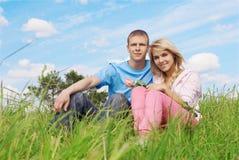 νεολαίες ζευγών υπαίθρ&iot Στοκ Φωτογραφίες