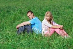 νεολαίες ζευγών υπαίθρ&iot Στοκ εικόνες με δικαίωμα ελεύθερης χρήσης