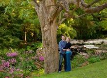 νεολαίες κήπων ζευγών στοκ φωτογραφία