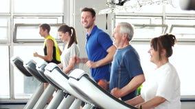 Νεολαίες και ηλικιωμένοι άνθρωποι που τρέχουν treadmill απόθεμα βίντεο