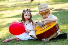 νεολαίες κιθάρων ζευγών Στοκ εικόνες με δικαίωμα ελεύθερης χρήσης