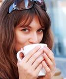νεολαίες κοριτσιών φλυτζανιών καφέ στοκ φωτογραφία με δικαίωμα ελεύθερης χρήσης