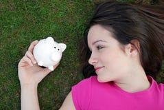 νεολαίες κοριτσιών piggybank Στοκ εικόνες με δικαίωμα ελεύθερης χρήσης