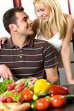 νεολαίες κουζινών ζευγών στοκ φωτογραφίες με δικαίωμα ελεύθερης χρήσης