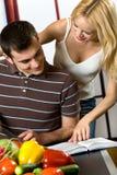 νεολαίες κουζινών ζευγών στοκ εικόνες με δικαίωμα ελεύθερης χρήσης