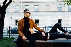 νεολαίες οδών ζευγών πόλ& Στοκ φωτογραφίες με δικαίωμα ελεύθερης χρήσης