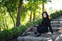 νεολαίες πάρκων γυναικ&epsi Στοκ εικόνα με δικαίωμα ελεύθερης χρήσης