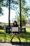 νεολαίες πάρκων γυναικ&epsi Στοκ Εικόνες