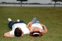νεολαίες πάρκων ζευγών Στοκ φωτογραφία με δικαίωμα ελεύθερης χρήσης