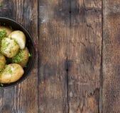 νεολαίες πατατών Οι βρασμένες πατάτες με τον άνηθο και το βούτυρο στο Μαύρο κυλούν σε έναν ξύλινο πίνακα Αγροτικό ύφος τοπ άποψη, Στοκ φωτογραφίες με δικαίωμα ελεύθερης χρήσης