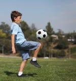νεολαίες ποδοσφαίρου αγοριών σφαιρών Στοκ Εικόνες