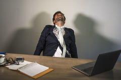 Νεολαίες που εξαντλούνται και νυσταλέο συναίσθημα επιχειρησιακών ατόμων που σπαταλιούνται και εργασία απόλυσης οκνηρή τη Δευτέρα  στοκ φωτογραφία με δικαίωμα ελεύθερης χρήσης