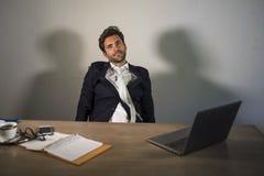 Νεολαίες που εξαντλούνται και νυσταλέο συναίσθημα επιχειρησιακών ατόμων που σπαταλιούνται και εργασία απόλυσης οκνηρή τη Δευτέρα  στοκ φωτογραφίες