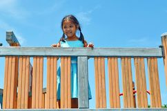 Νεολαίες που χαμογελούν την ασιατική στάση κοριτσιών στον εξοπλισμό παιδικών χαρών γυμναστικής στοκ εικόνα με δικαίωμα ελεύθερης χρήσης