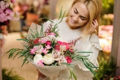 Νεολαίες που χαμογελούν την ξανθή γυναίκα με μια ανθοδέσμη βαλεντίνων Στοκ εικόνες με δικαίωμα ελεύθερης χρήσης