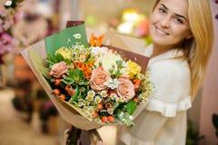 Νεολαίες που χαμογελούν την ξανθή γυναίκα με μια μεγάλη ανθοδέσμη βαλεντίνων Στοκ φωτογραφία με δικαίωμα ελεύθερης χρήσης