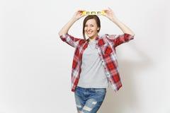 Νεολαίες που χαμογελούν την όμορφη γυναίκα στα περιστασιακά ενδύματα που κρατά το επίπεδο πνευμάτων φυσαλίδων οικοδόμησης στο κεφ στοκ φωτογραφία με δικαίωμα ελεύθερης χρήσης