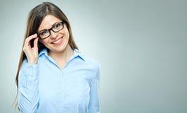 Νεολαίες που χαμογελούν τη σύγχρονη επιχειρησιακή γυναίκα που φορά τα γυαλιά Στοκ Εικόνες