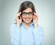 Νεολαίες που χαμογελούν τη σύγχρονη επιχειρησιακή γυναίκα που φορά τα γυαλιά Στοκ φωτογραφία με δικαίωμα ελεύθερης χρήσης