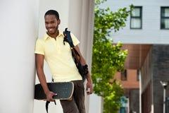 Νεολαίες που χαμογελούν το μαύρο άνδρα σπουδαστή Στοκ Φωτογραφία