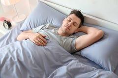 νεολαίες ύπνου ατόμων σπ&omicr στοκ εικόνα με δικαίωμα ελεύθερης χρήσης