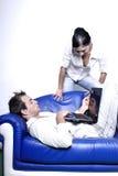 νεολαίες lap-top ζευγών στοκ φωτογραφία με δικαίωμα ελεύθερης χρήσης