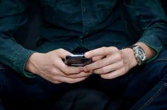 νεολαίες smartphone ατόμων εκμετ Στοκ Εικόνες
