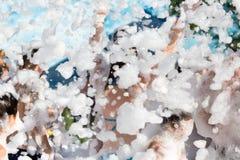 Νεολαία σε ένα foamy κόμμα στην παραλία στοκ φωτογραφία με δικαίωμα ελεύθερης χρήσης