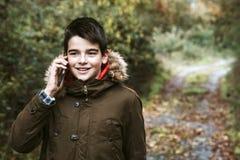 Νεολαίες αγοριών με το κινητό τηλέφωνο Στοκ Εικόνες