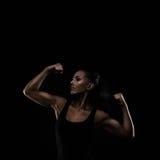Νεολαίες αθλητισμός-που κοιτάζουν συμπαθητική κυρία με τη σκοτεινή τρίχα στοκ φωτογραφία με δικαίωμα ελεύθερης χρήσης