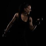 Νεολαίες αθλητισμός-που κοιτάζουν συμπαθητική κυρία με τη σκοτεινή τρίχα στοκ εικόνα