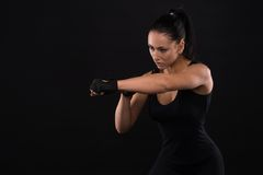 Νεολαίες αθλητισμός-που κοιτάζουν συμπαθητική κυρία με τη σκοτεινή τρίχα στοκ εικόνες