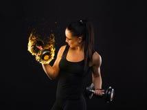 Νεολαίες αθλητισμός-που κοιτάζουν συμπαθητική κυρία με τη σκοτεινή τρίχα στοκ φωτογραφίες