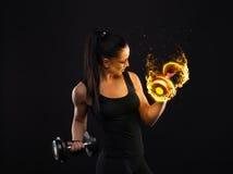 Νεολαίες αθλητισμός-που κοιτάζουν συμπαθητική κυρία με τη σκοτεινή τρίχα στοκ φωτογραφίες με δικαίωμα ελεύθερης χρήσης