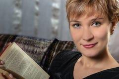 νεολαίες γυναικών ανάγνωσης βιβλίων Στοκ Εικόνες
