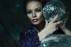 νεολαίες γυναικών εκμετάλλευσης disco σφαιρών Στοκ φωτογραφία με δικαίωμα ελεύθερης χρήσης