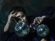 νεολαίες γυναικών εκμετάλλευσης disco σφαιρών Στοκ Εικόνες