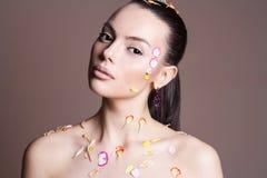 νεολαίες γυναικών λου&l Κορίτσι ομορφιάς με τα πέταλα λουλουδιών Στοκ φωτογραφία με δικαίωμα ελεύθερης χρήσης