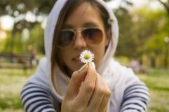 νεολαίες εκμετάλλευσης κοριτσιών μαργαριτών Στοκ Φωτογραφία