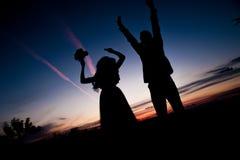 νεολαίες ηλιοβασιλέματος σκιαγραφιών ζευγών ανασκόπησης Στοκ Εικόνα