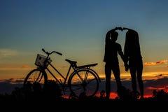 Νεολαίες με τις σκιαγραφίες Στοκ φωτογραφίες με δικαίωμα ελεύθερης χρήσης