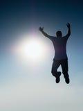 νεολαίες ουρανού ατόμων ανασκόπησης κάτω μειωμένες πετώντας Πτώση νεαρών άνδρων Σκιαγραφία poise του ατόμου στοκ φωτογραφίες