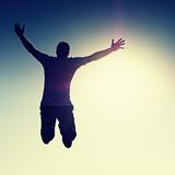 νεολαίες ουρανού ατόμων ανασκόπησης κάτω μειωμένες πετώντας Πτώση νεαρών άνδρων Σκιαγραφία poise του ατόμου στοκ εικόνες