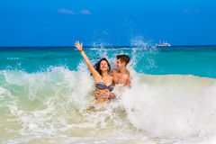 Νεολαίες που αγαπούν το ευτυχές ζεύγος στην τροπική παραλία, Στοκ Εικόνα